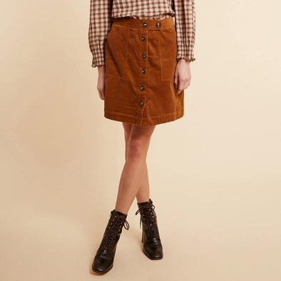 Ochre short skirt with front pockets.