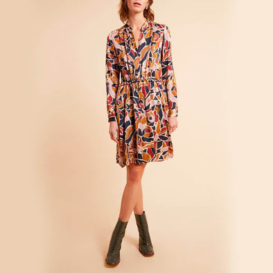 Longsleeve mini dress with all over floral pattern, V-neck and a waist marked by a gathered belt.