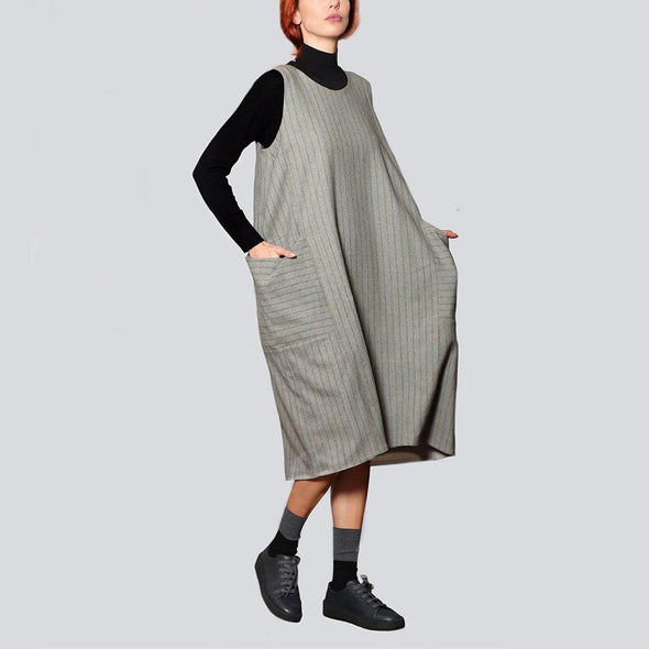 Sleeveless lined cocoon grey dress midi length with oversized patch pockets on the sides.