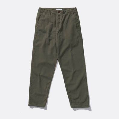 Loose fit grey corduroy trousers, zip fly, a pair of slanted side pockets and two welt pockets with button closure to the back.