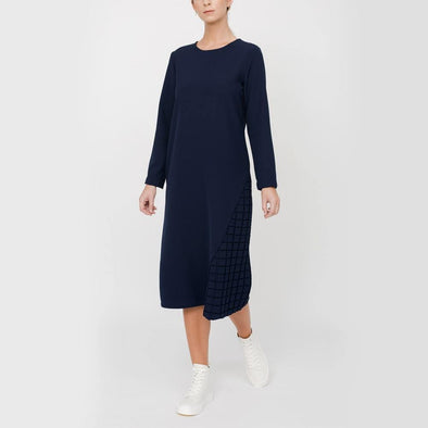 Midi dress with side cut detail with checks patterned fabric.