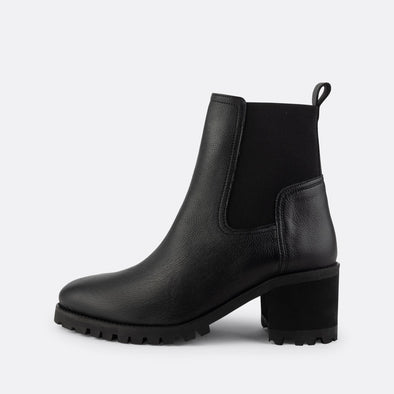 Heeled chelsea boots in black.