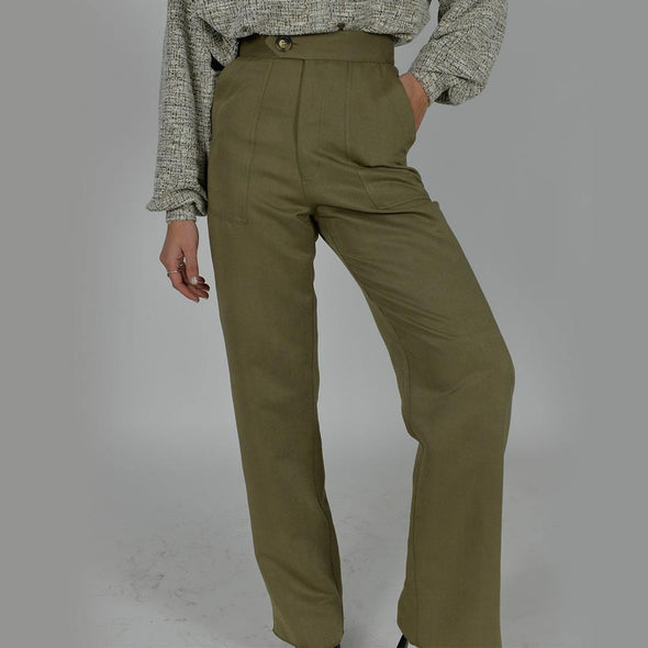 Straight fit olive green pants with rectangular front pockets, high waist and button fastening.