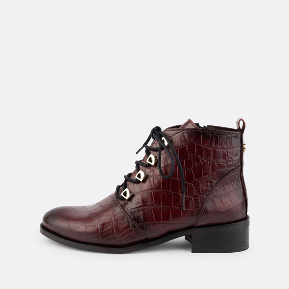 Lace-up flat ankle boots made of leather with engraved crocodile effect.