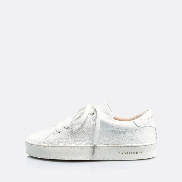 Low top white sneakers in leather and suede.
