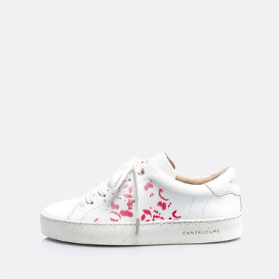 Low top white sneakers in natural leather with leopard print detail.
