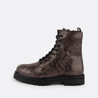 Lace-up leather combat boots with engraved snake effect.
