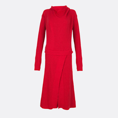 Knitted longsleeve red dress in 100% wool featuring opening on the skirt and overlayered top.
