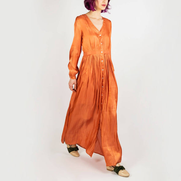 Brick colored long pleated dress with a shine effect.