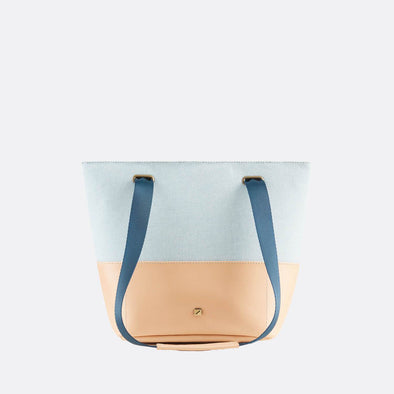 Handbag/cross-body bag in nude environmental-friendly tanned leather and light blue recycled cotton.