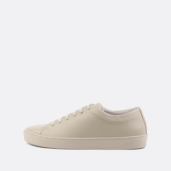 Monochromatic minimalist lace-up sneakers in white calfskin leather with ruber sole.
