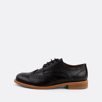 Timeless brogue derby shoes in black leather.