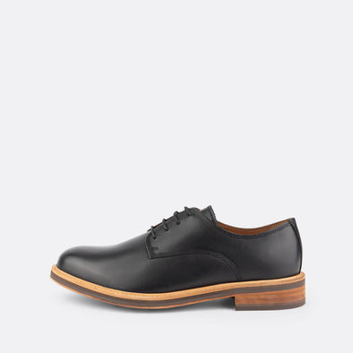 Classic formal shoes in black.