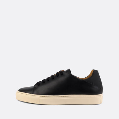 Casual sneakers in black leather with neoprene heel counter.