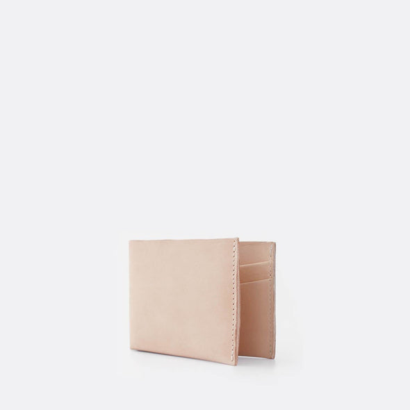 Slim card holder in natural leather.