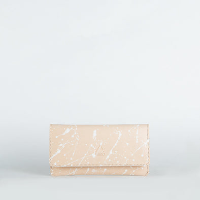 Minimalist envelope wallet in chemical-free leather.