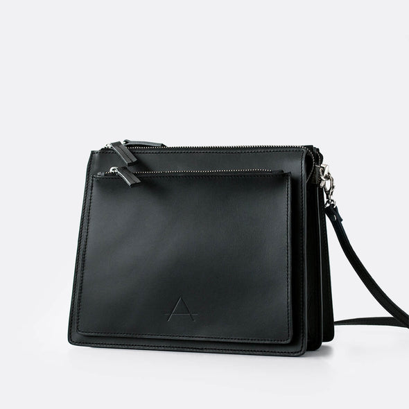 Geometrical shoulder bag in black leather.