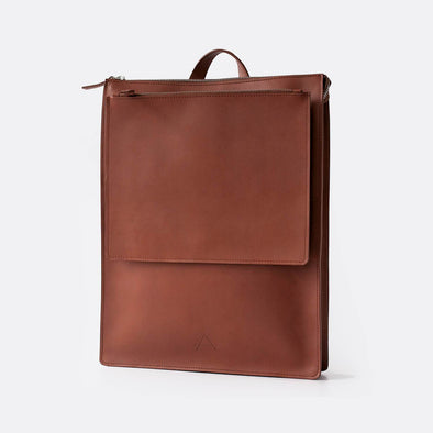 Slim backpack in camel leather.