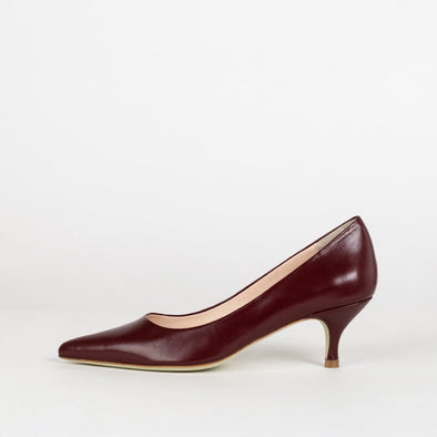 Minimalist pointed toe pumps with kitten heel in bordeaux leather