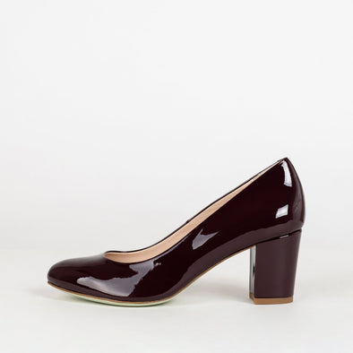Minimalist rounded toe pumps with medium block heel in burgundy glossy leather