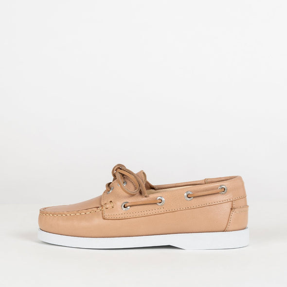 Classic moccasins in nude leather.