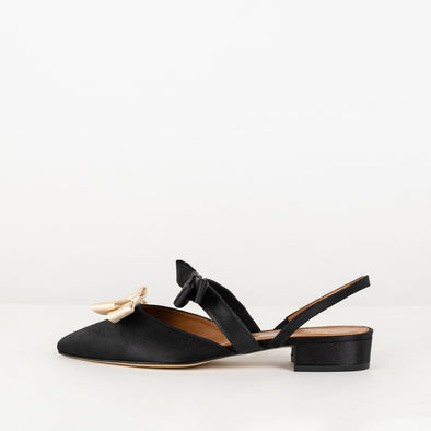 Slippers satin with strap at the heel, two handcrafted silk bows and tapered toe.