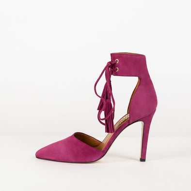 Sensual suede pumps with pointed toe. Ankle belt closure in suede strings and fringes.
