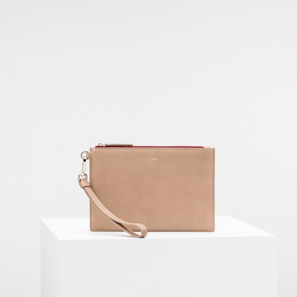 Sand cow leather clutch with extractable strap and golden details.