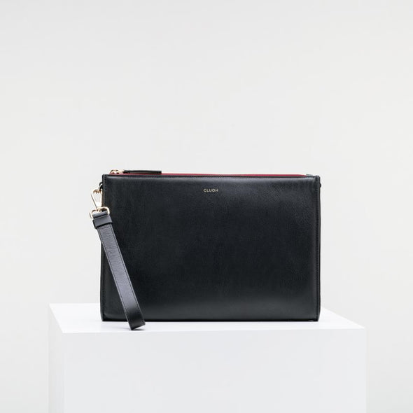 Limited edition cow leather clutch with extractable strap and golden details.