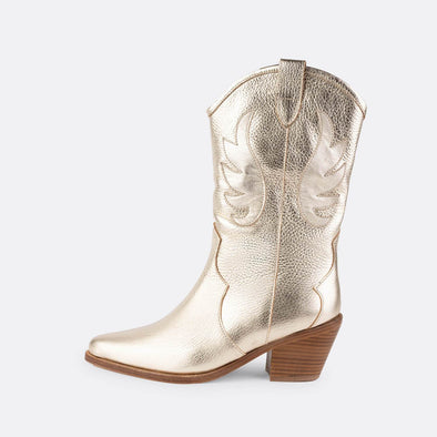 Cowboy boots in platinum leather with leather lining and leather sole.