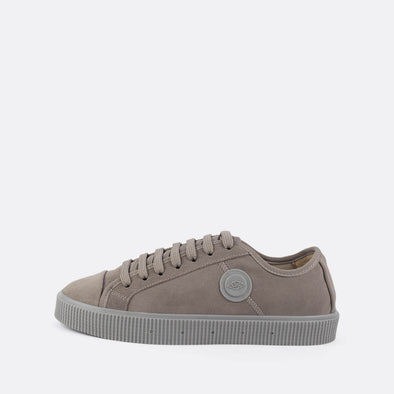 Unisex iconic low-top sneakers in light grey suede with matching sole.
