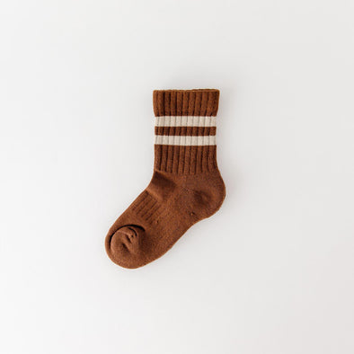 Brown socks with pink stripes in a ribbed cotton blend, mid-high length and elastic band.