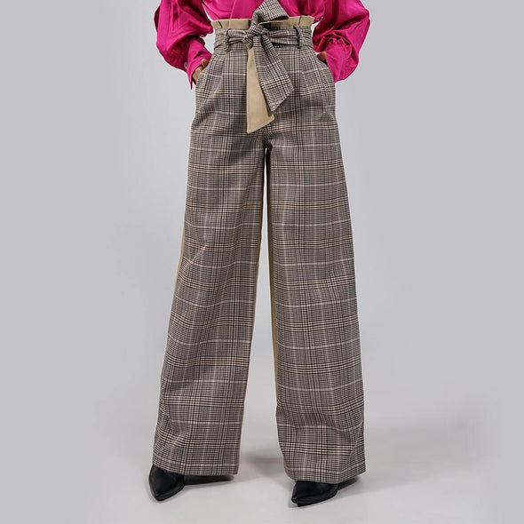Plaid belted high-waisted trousers in black and beige tones, with plain beige back and wide-leg.