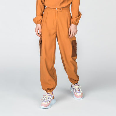 Caramel high waisted cargo pants with contrasting pockets.