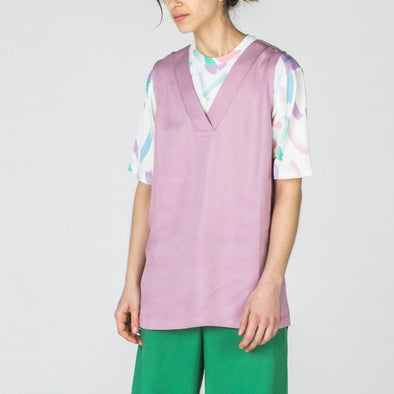 Lilac relaxed fit sleeveless top with v-neck.
