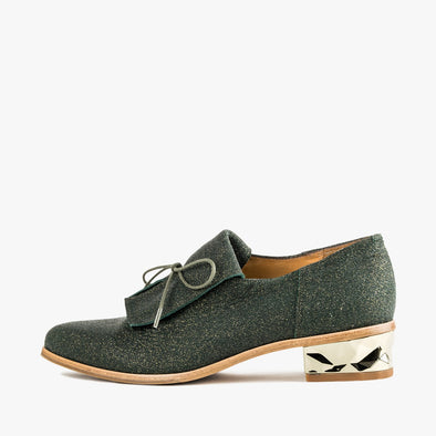 Emerald green oxford shoes in glittery gold suede with faceted low heel, pointed toe and fringe flap.