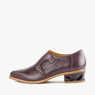 Burgundy monk shoes in leather with a faceted low heel and pointed toe