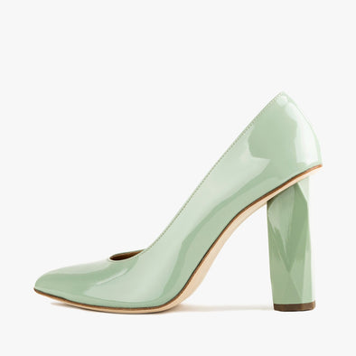 Minty green pumps in glossy leather with a faceted high heel