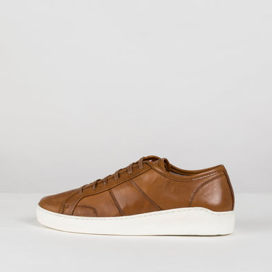 Minimalist low sneakers in camel leather with panel stitching details and white rubber