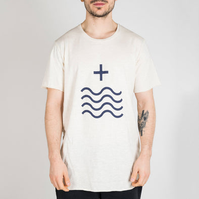 Ivory t-shirt with short sleeves, round neck and the Mais Mar sign printed in dark blue.