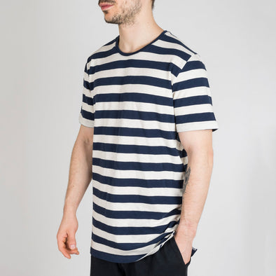 T-shirt with short sleeves, round neck and dark blue and ivory horizontal stripes.
