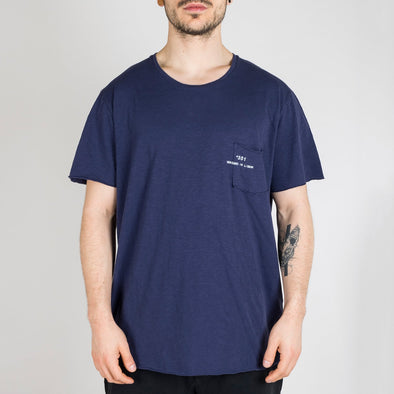 Dark blue t-shirt with short sleeves, round neck and '+351 small pocket on the front.