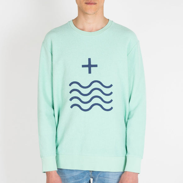 "Light green sweatshirt with the ""Mais Mar"" sign printed in dark blue."