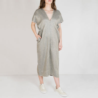 Oversized jumpsuit, straight fitting with a deep V-neckline on both sides. Elastic bands and pockets on the sidelines.