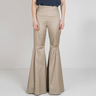 Pleated nude very long trousers.