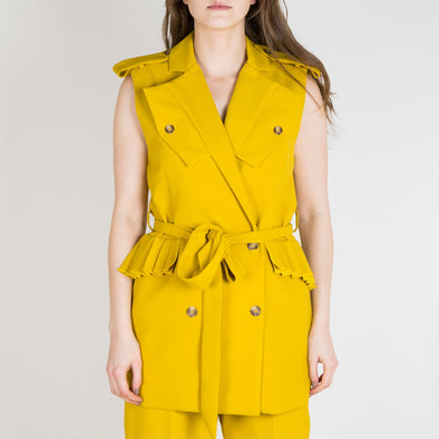Regular fit yellow vest with belt, pleated pocket flaps and back.