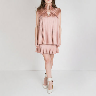 Regular fit pleated dress with double skirt and pleated shoulders in pale pink.