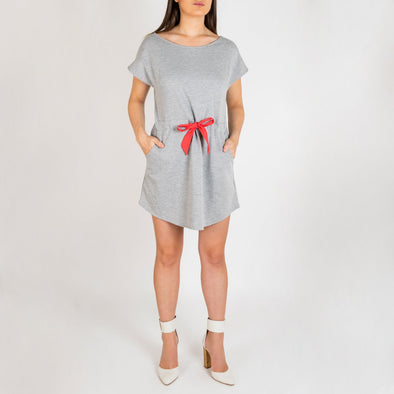 Relaxed jersey dress with adjustable waist band and side pockets.