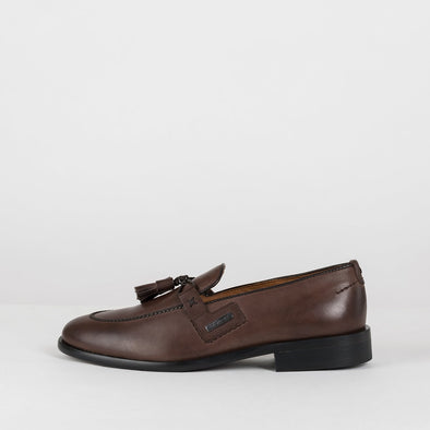Loafers in brown leather with apron toe and double-tassel