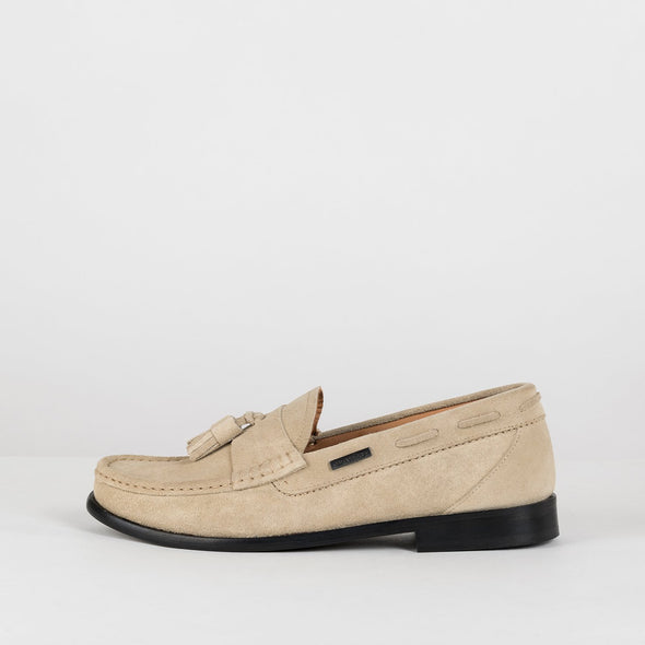 Classic moccasin loafers in beige suede with two tassels
